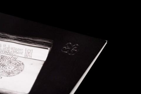 carton d'invitation, détail gauffrage logotype